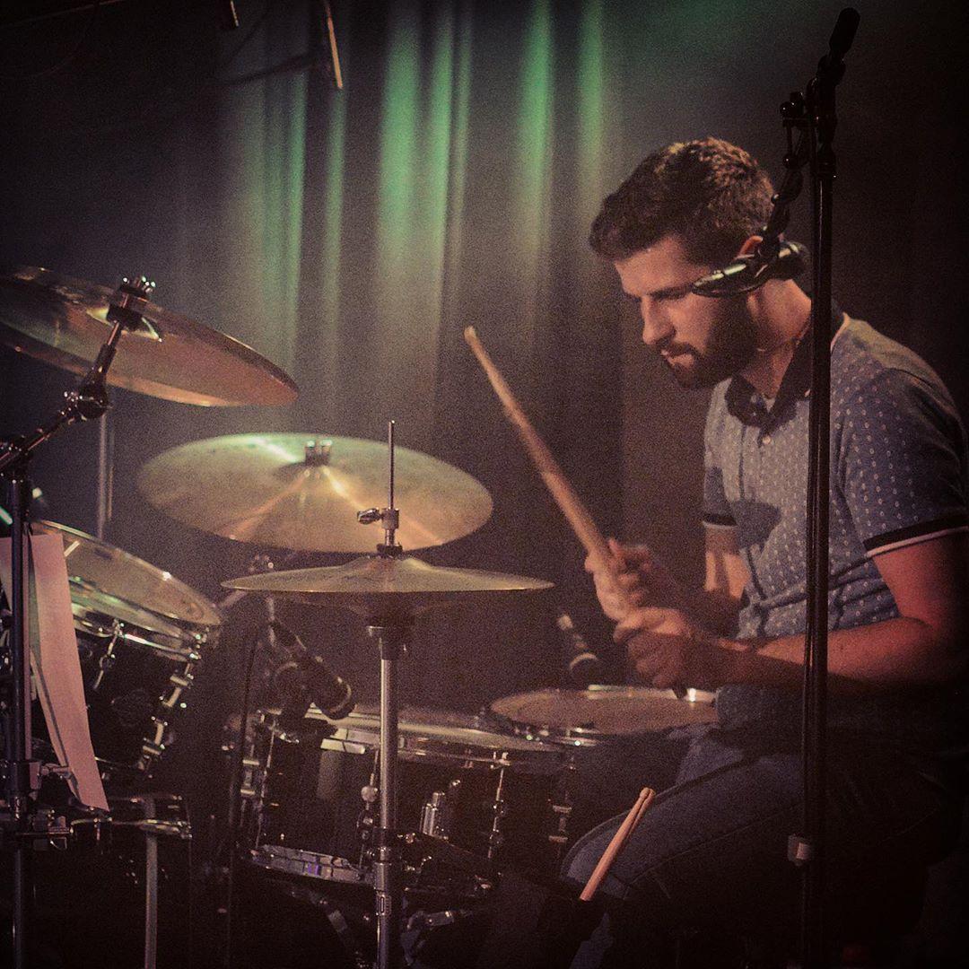 Simon Secker – Gesang & Schlagzeug